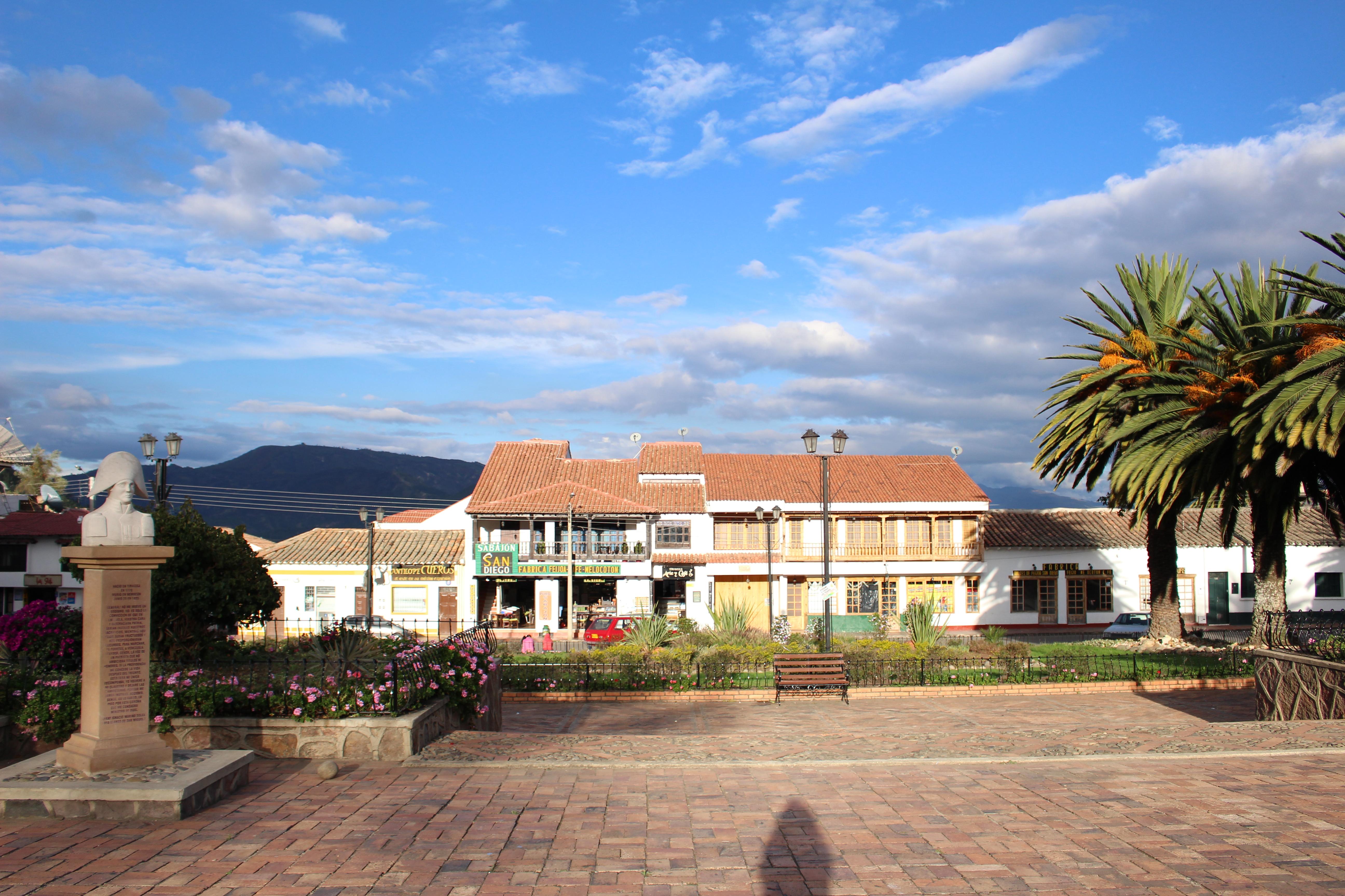 Plaza y monumento de Tibasosa