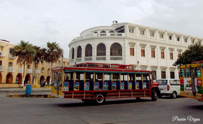 Chiva turística en Cartagena, Colombia.