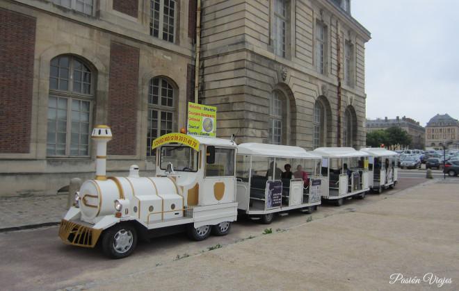 Tren turístico en Versalles, Francia.