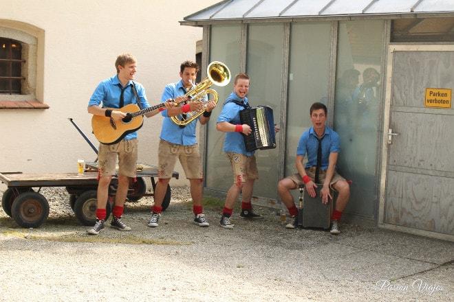 Orquesta de Baviera antes de entrar al bar.
