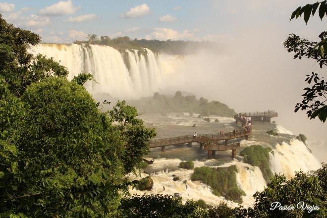 Pasarela en las cataratas del lado brasileño.