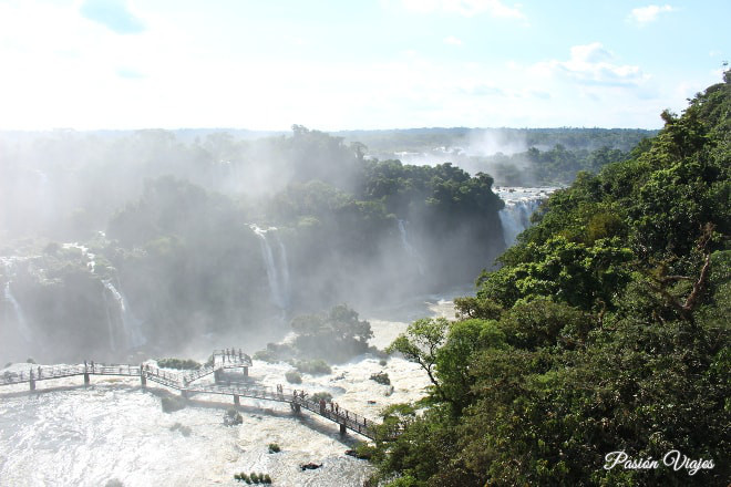 Pasarela en las Cataratas do Iguaçu en Brasil.