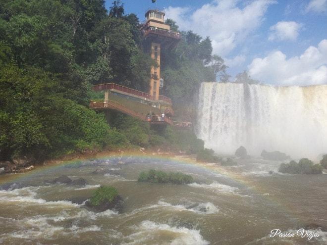 Vistas desde la pasarela en las Cataratas de Brasil.