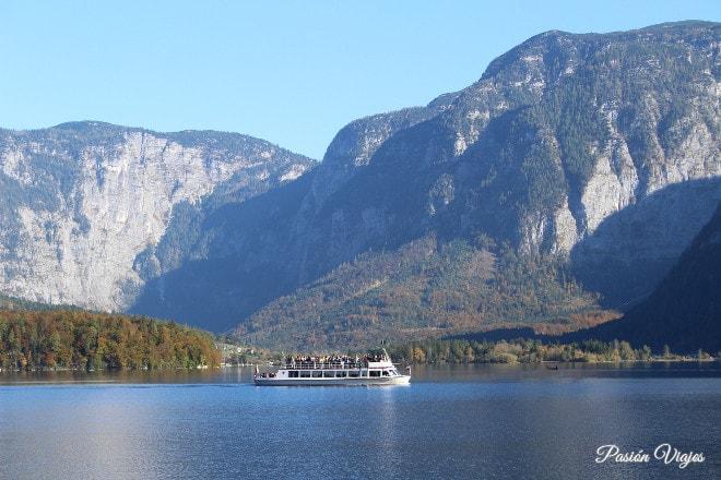 Barco en el lago de Hallstatt.