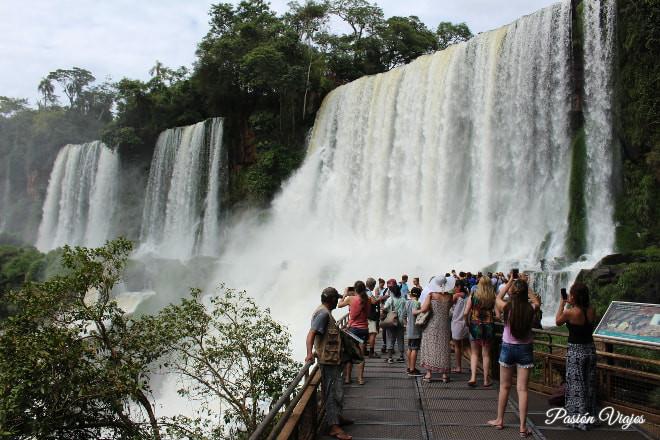 Mirador en las cataratas del Iguazú en Argentina.