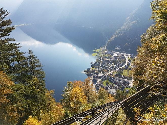 Vistas desde el funicular en Hallstatt en otoño.