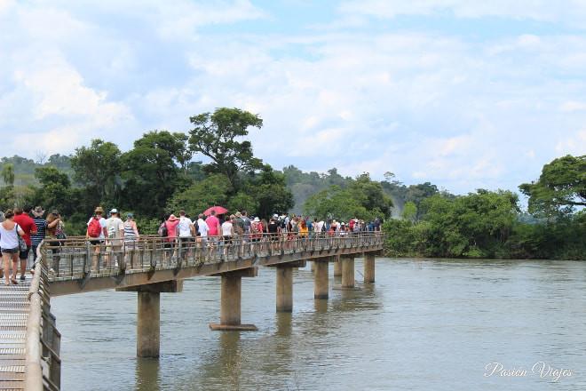 Pasarela en las Cataratas de Iguazú en Argentina.