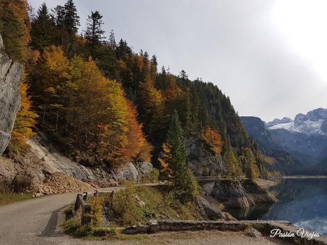 Camino que rodea el lago de Gosau.