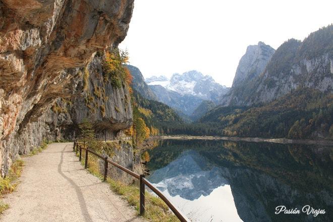 Camino del lago y la montaña Dachstein de fondo.