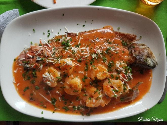 Trucha en salsa de camarones.