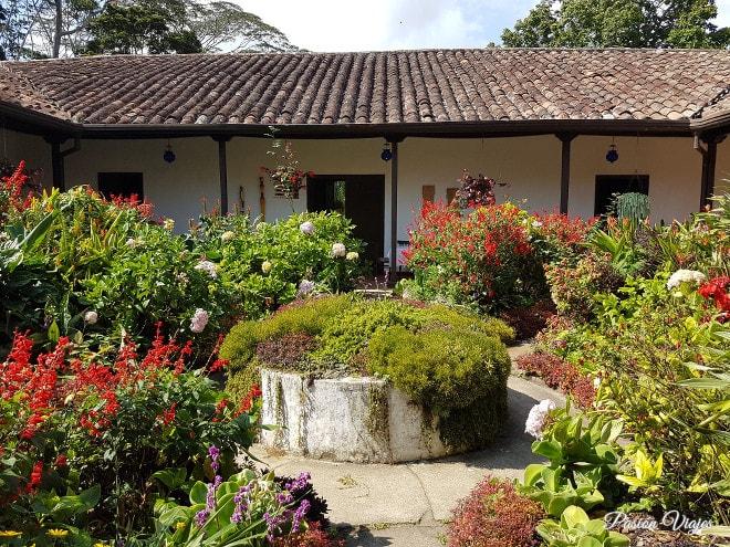 Jardín interior de la Hacienda El Roble.