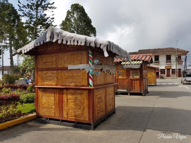 Casetas de madera en la plaza principal.