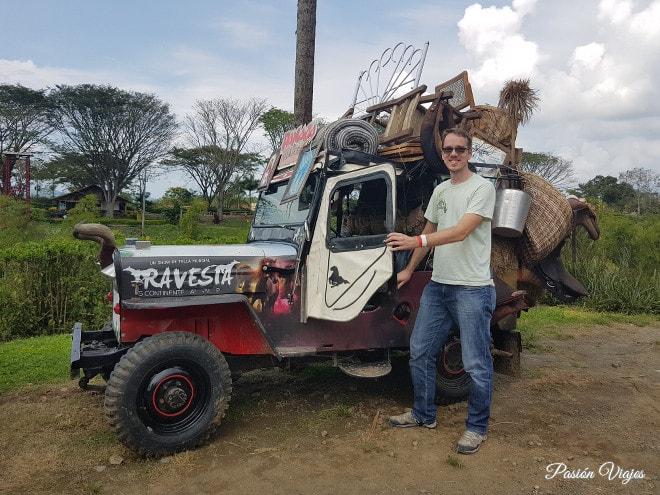 Tom queriendo subirse al jeep Willys, ¡le encantan!