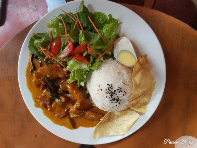 Comida malaya en Malaca (arroz con pollo al curry).
