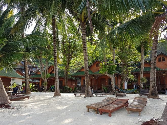Tumbonas en nuestro hotel en la Isla Perhentian.