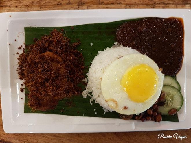 Comida típica de Malasia: Nasi Lemak en Kuala Lumpur.