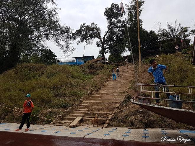 Escaleras en los puertos del Mekong de Huay Xai a Luang Prabang.