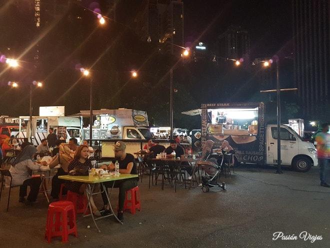 Comida callejera (food truck) en Kuala Lumpur. .