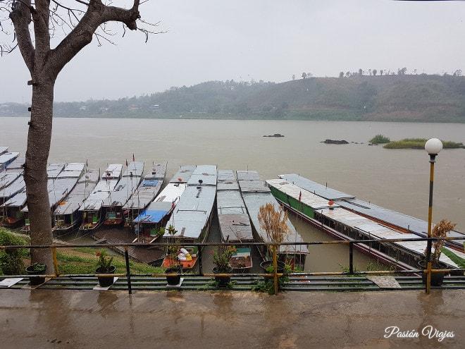 Nos llovió en el puerto de Huay Xai.