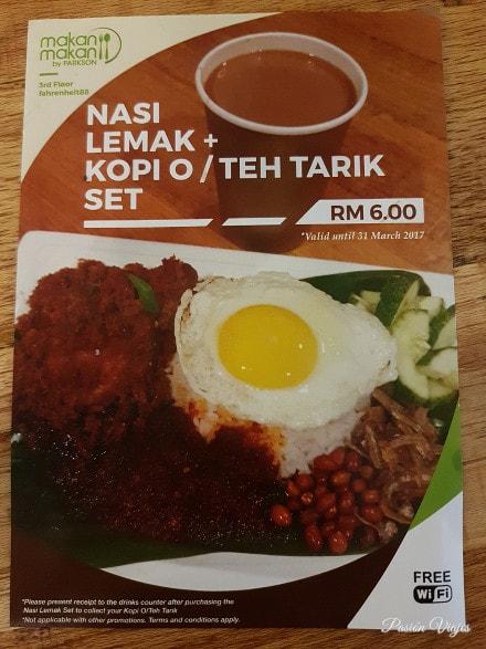 El Nasi Lemak que comimos con bebida por 6 RM. Era igual que en el folleto.