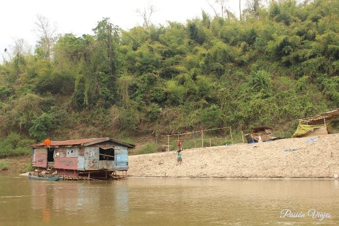 Humildes casas a orillas del Mekong.