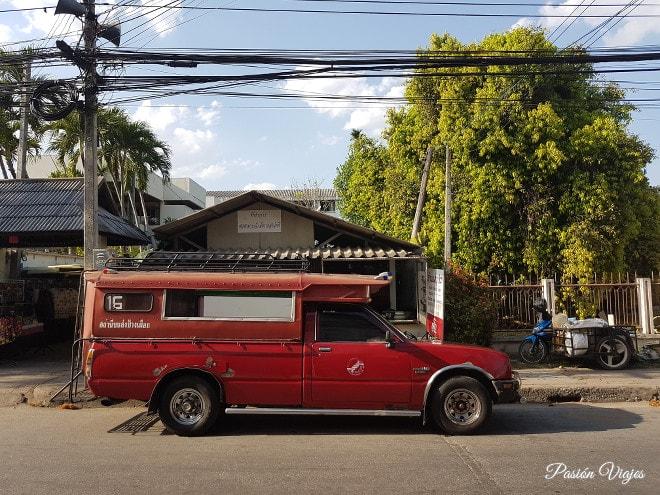 Songthaew, el transporte más barato (30 baht pp).