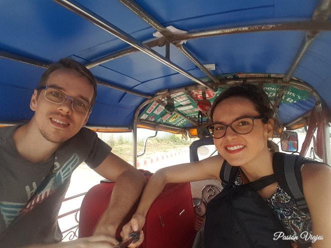 En el tuk tuk camino a la frontera. Despidiéndonos de Tailandia.