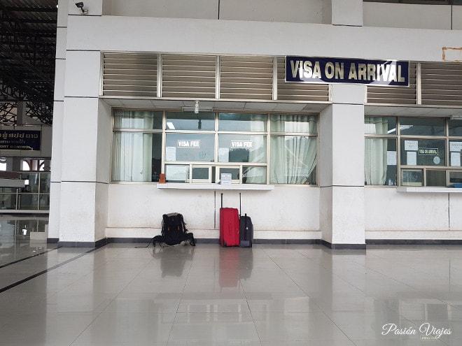 Esperando nuestro visado en Laos, estas son nuestras maletas.