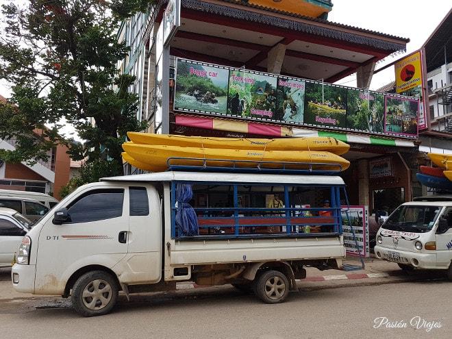 Tuk tuk listo para hacer el tour en kayak por el río Nam Song.