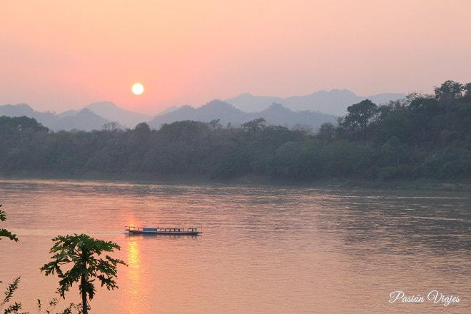 Vistas del atardecer en el Mekong desde el centro de la ciudad.