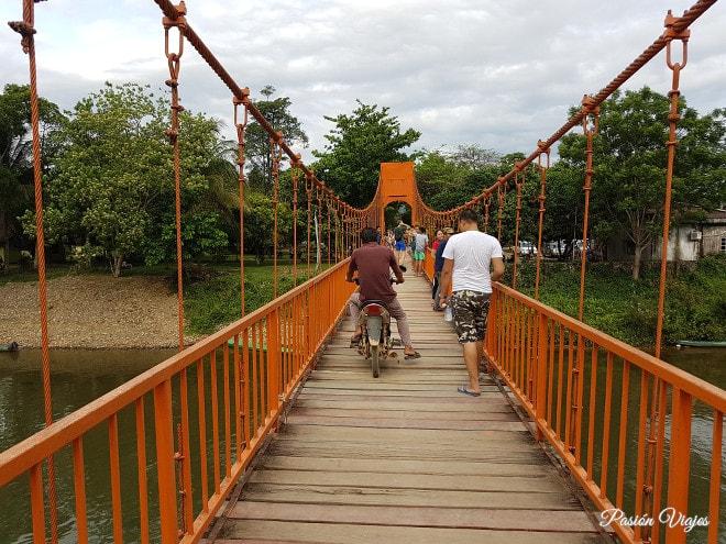 Puente para llegar a la cueva Tham Jang.
