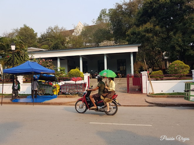 Gente local en moto por Luang Prabang.