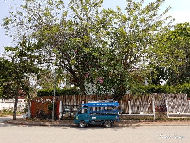 Tuk tuk de camioneta o songthaew laosiano.