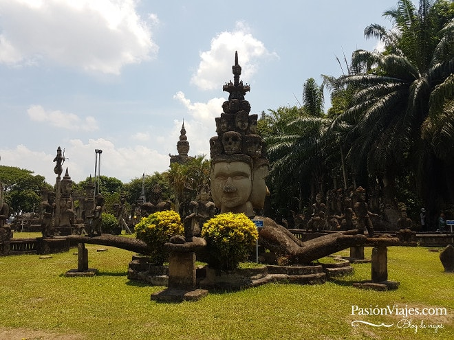 Escultura budista en el Buda Park.