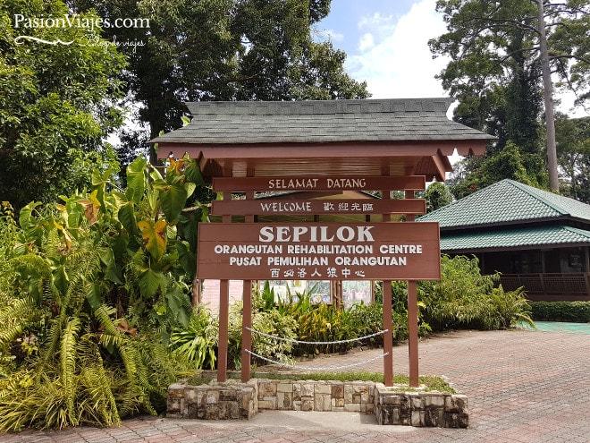 Entrada del centro de rehabilitación de orangutanes en Sepilok.