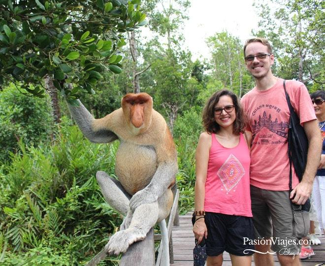 """Posando con el mono """"alfa"""", el de la izquierda por supuesto."""