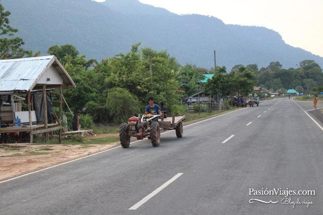 Carretera nueva vía al templo Wat Phou.