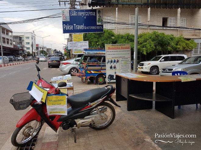 En Pakse Travel puedes alquilar la moto.