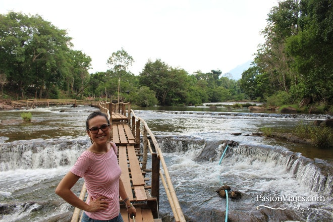 Pasarela en la cascada Tad Lor en el sur de Laos.