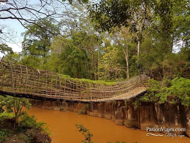 Puente de bambú para llegar al mirador de las cascadas Pha Suam.