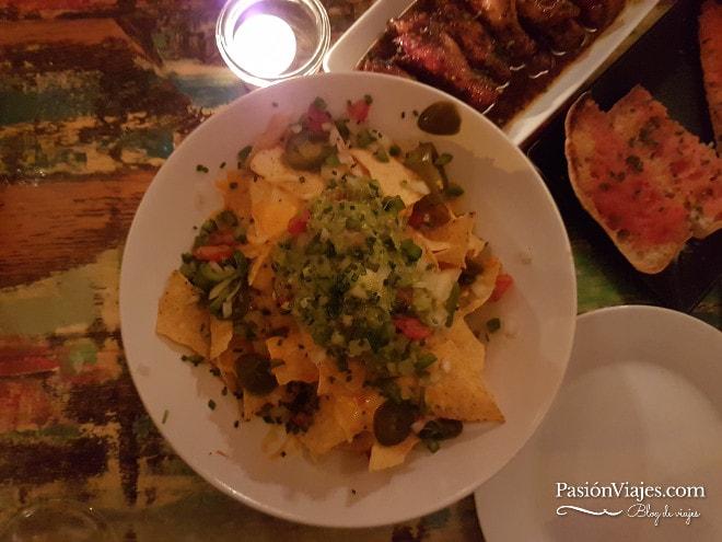 Nachos con guacamole en el Restaurante-bar La Luna.