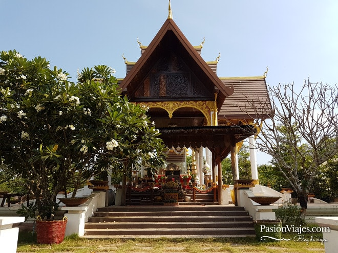 Templo en las Cataratas Khone Phapheng en Si Phan Don.