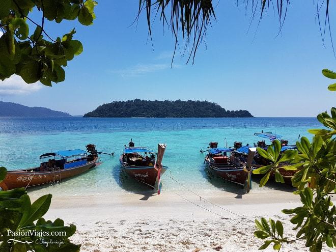 Parada para almorzar y disfrutar de la playa en Koh Rawi.