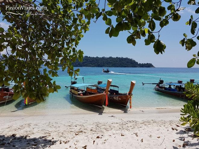En una barca de estas hicimos el tour de snorkeling desde Koh Lipe.