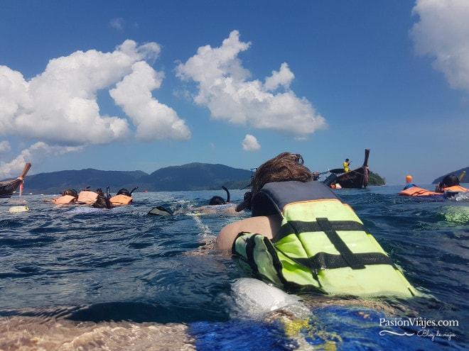 Todos nos teníamos de una cuerda para hacer snorkeling.