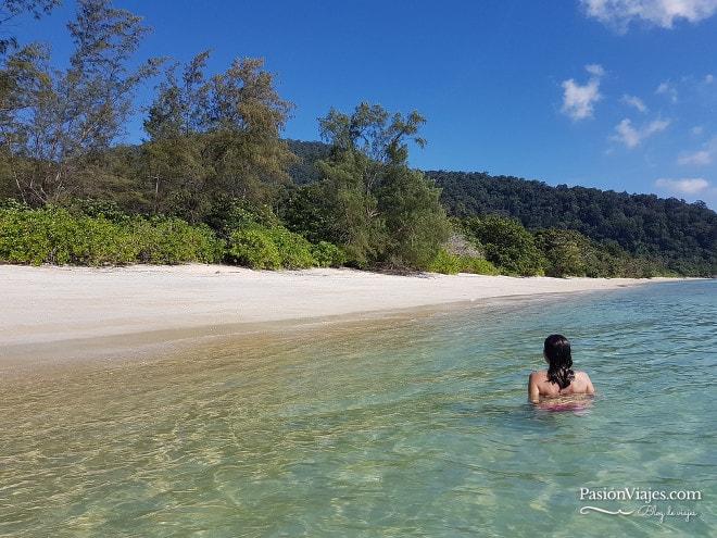 Último chapuzón del día en nuestro tour de snorkeling. Isla de Koh Adang.