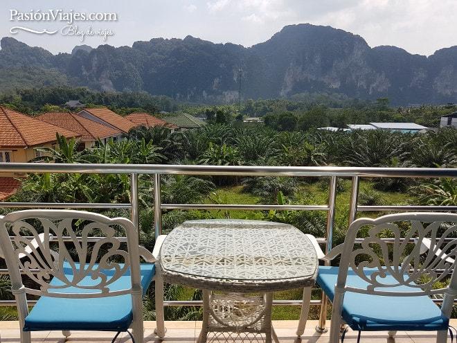 La dicha de viajar y trabajar es tener una oficina remota con estas vistas. Este fue el balcón de mi habitación en Ao Nang, Tailandia. Estaba ubicado un poco lejos del centro.
